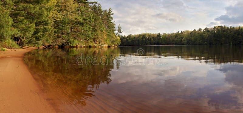 Wisconsin-Flusspanorama am ruhigen Sommertag stockbild