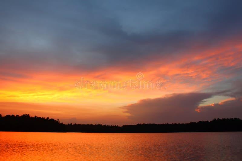 Wisconsin solnedgång över laken arkivbild