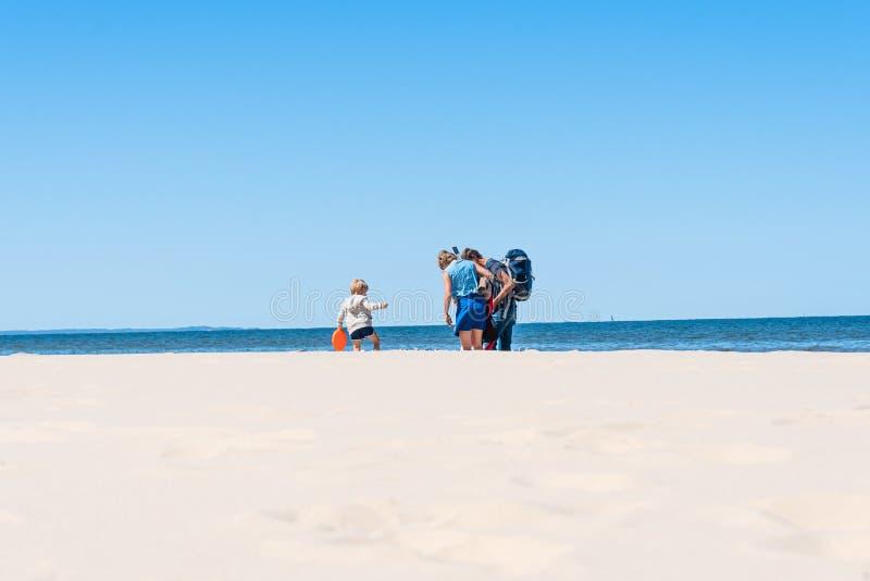 Wiselka, Zachodniopomorskie, Pologne le 21 mai 2018 : Les parents avec de petits enfants marchent le long de la plage photos stock