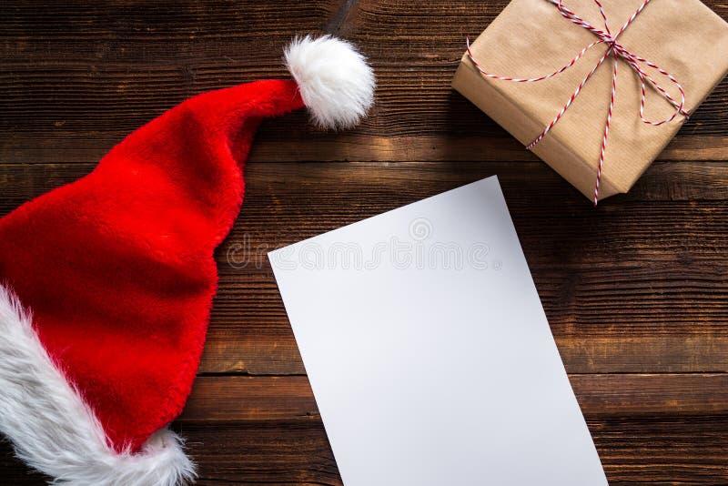 Wishlist blanco para Santa Claus puso en una tabla de madera fotografía de archivo libre de regalías