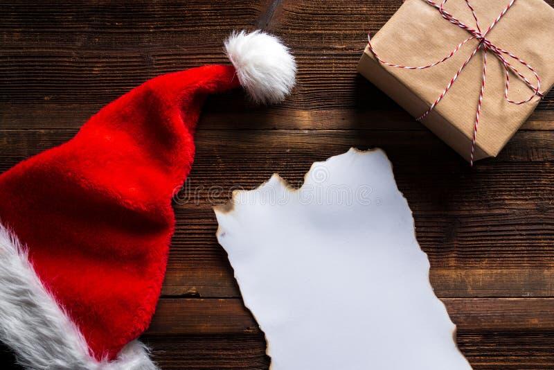 Wishlist quemado para Santa Claus puso en una tabla de madera foto de archivo libre de regalías