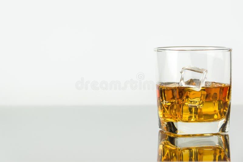 Wiskey avec de la glace en verre photos stock