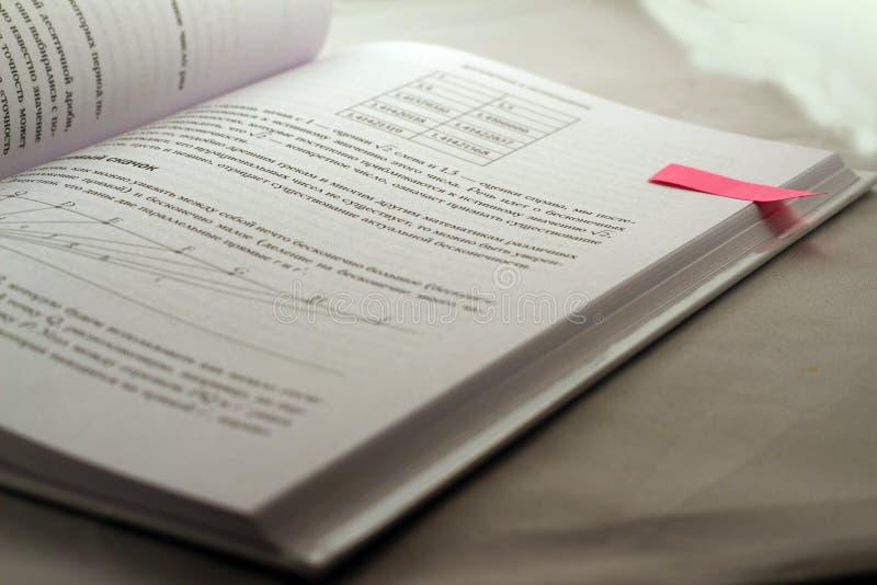 Wiskundeboek met een stickeretiket stock foto