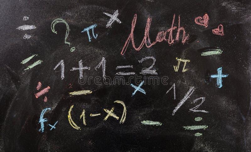 Wiskundevergelijkingen en symbolen, op bordachtergrond royalty-vrije illustratie