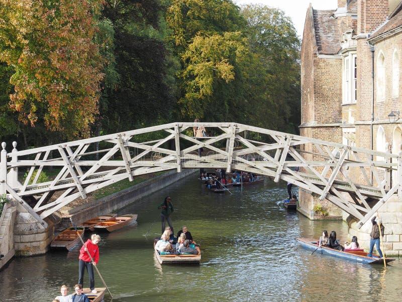 Wiskundige brug van de Queens de 'Universiteit in Cambridge stock foto's