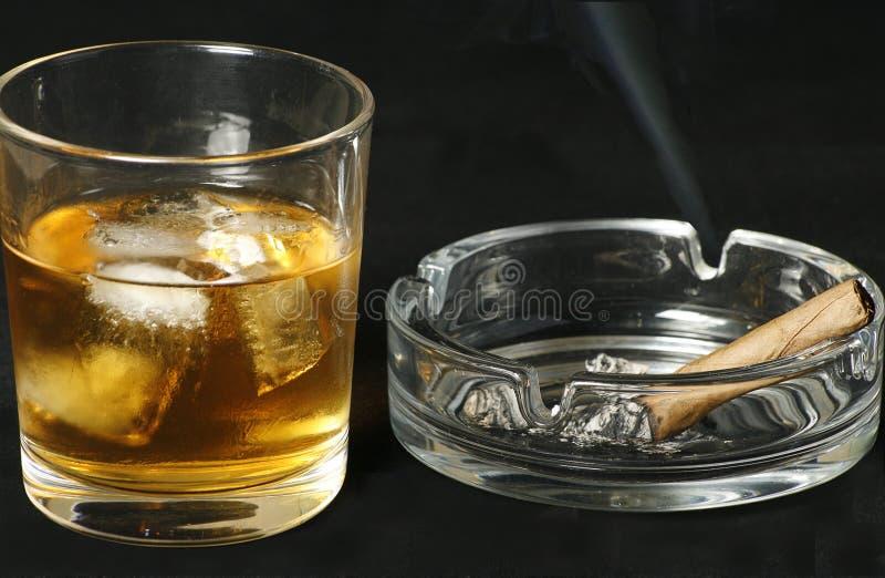 Wisky en sigaar stock fotografie