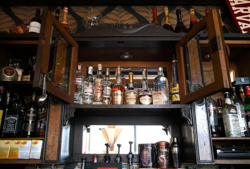 Wiskyflessen bij de bar royalty-vrije stock fotografie