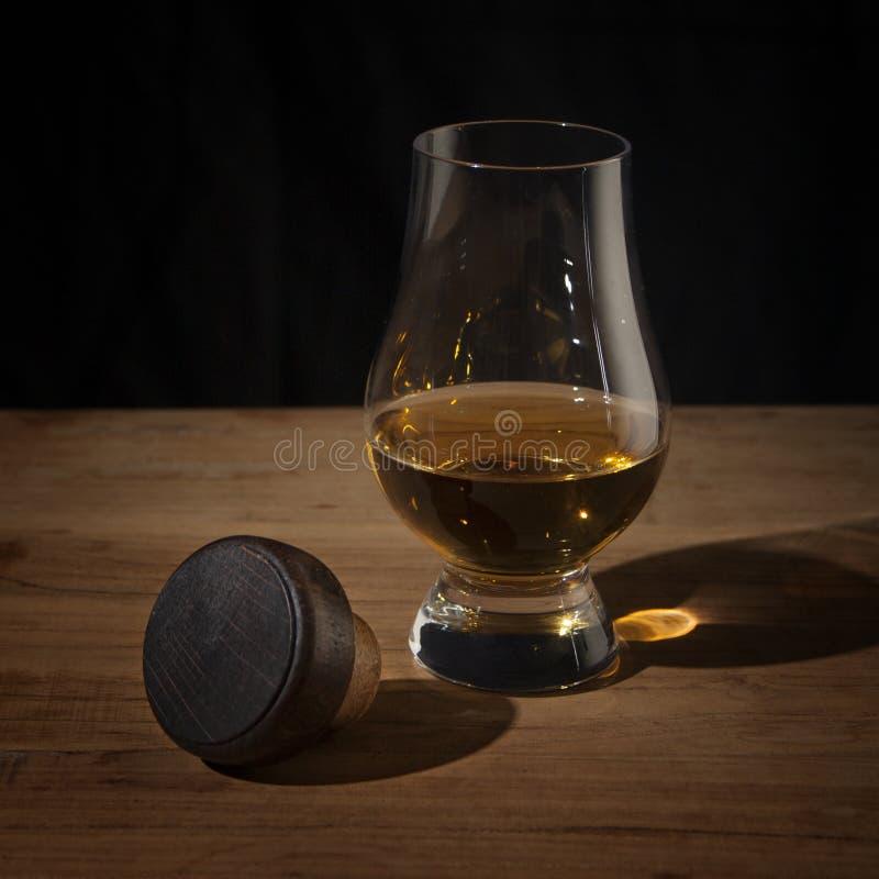 Wiskyglas en cork op houten lijst royalty-vrije stock foto
