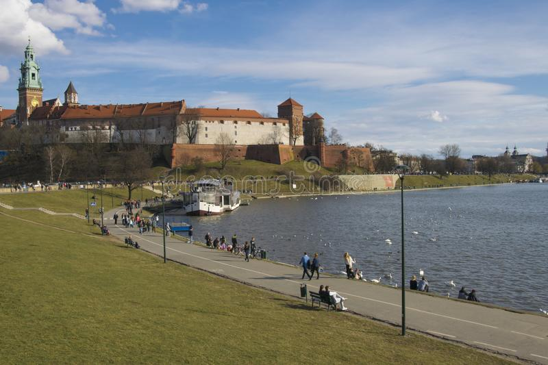 Wisla άνοιξη όχθη ποταμού στην Κρακοβία Όχθη ποταμού και περίπατος κάτω από το φρούριο Wawel στοκ εικόνες