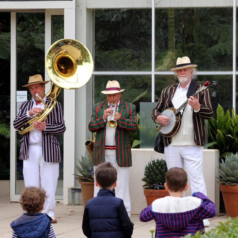 Wisley, Surrey, het UK - 30 April 2017: Drie kleine jonge kinderen l stock afbeeldingen