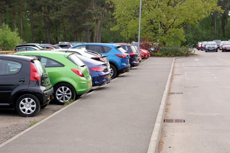 Wisley, Surrey, UK - Kwiecień 30 2017: Parking samochodowy lub parking z zdjęcia royalty free