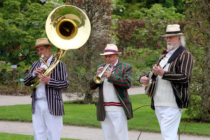 Wisley, Surrey, UK - Kwiecień 30 2017: Trad Jazzowy tercet w pasiastym bo fotografia stock