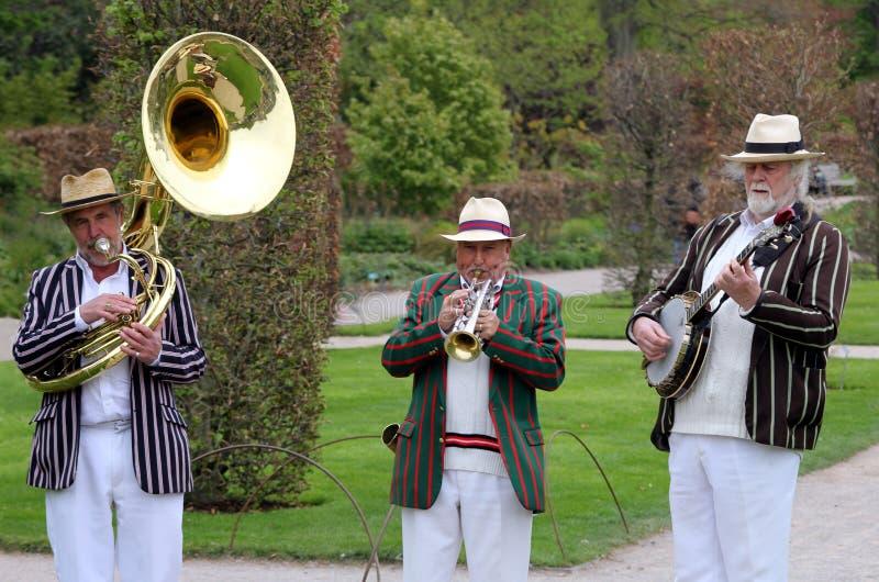 Wisley, Surrey, UK - Kwiecień 30 2017: Trad Jazzowy tercet w pasiastym bo obraz royalty free
