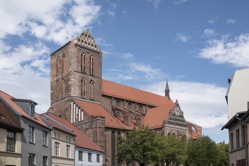 Wismar, Германия, 20-ое августа 2018: Архитектура старой готической церков собора St. George в Wismar стоковое изображение