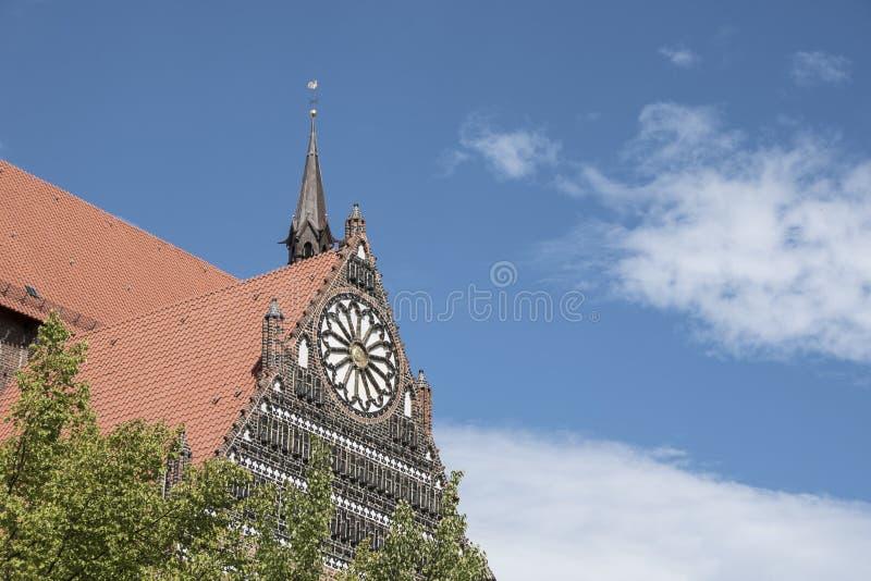 Wismar Tyskland, Augusti 20th, 2018: Arkitekturdetalj av gotisk St George Cathedral Church i Wismar fotografering för bildbyråer