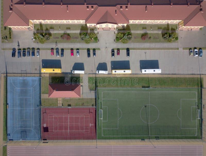 Wisniowa, Polonia - 9 10 2018: Complesso aperto di sport della scuola Panorama dei campi da gioco dal volo di un uccello Fotograf immagine stock libera da diritti