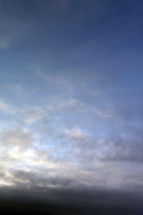 Wispy, doorzichtige wolken tegen een verdonkerende blauwe hemel vlak vóór zonsondergang Geschikt voor abstracte vormen kan als ac royalty-vrije stock foto's