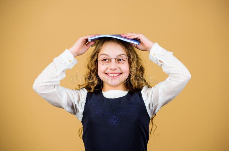 Wissen und Bildung Zur?ck zu Schule hometwork Notizbuch f?r Tagebuchanmerkungen Studienlektion kleines M?dchen mit Papierordner lizenzfreie stockbilder