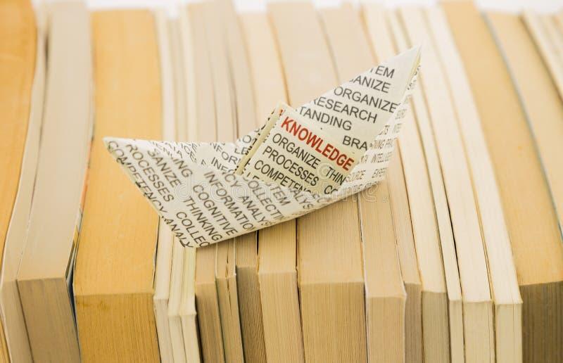 Wissensboot auf Büchern stockbild