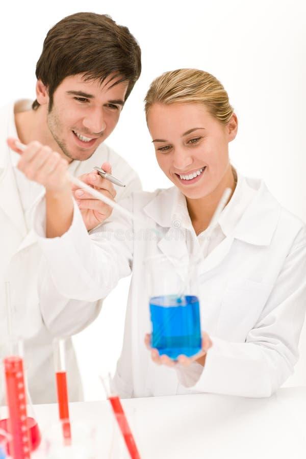 Wissenschaftler in den Laborversuchchemikalien stockbild