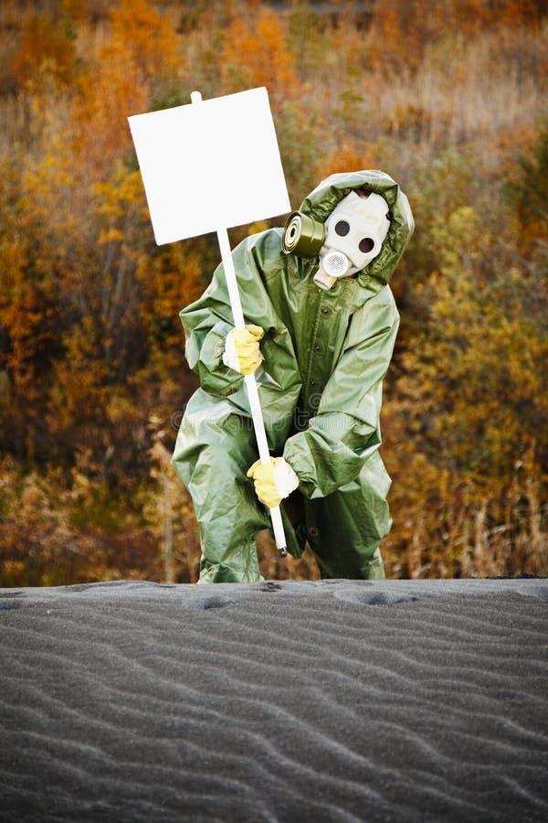 Wissenschaftler in der Gasmaske mit Plakat lizenzfreies stockbild