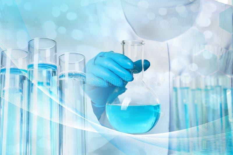 Wissenschaftler, der Glasflasche mit Fl?ssigkeit h?lt L?sungschemie stockfotografie