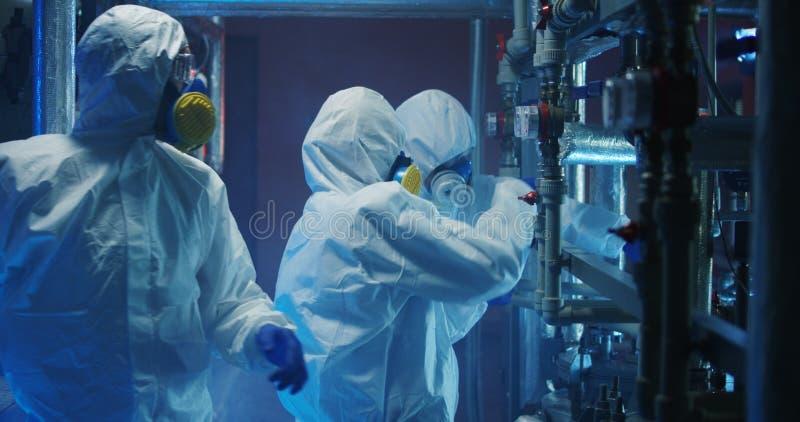 Wissenschaftler in der hazmat Klagen?berwachungseinrichtung stockfoto