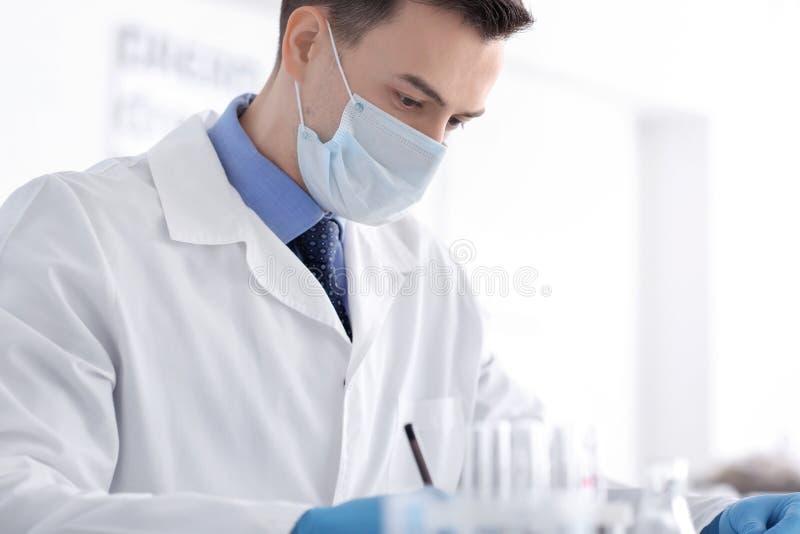 Wissenschaftler in der Schutzmaske im Labor lizenzfreies stockfoto