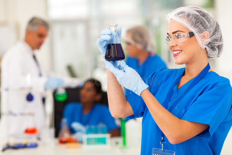 Wissenschaftler, der Substanzen studiert stockbilder