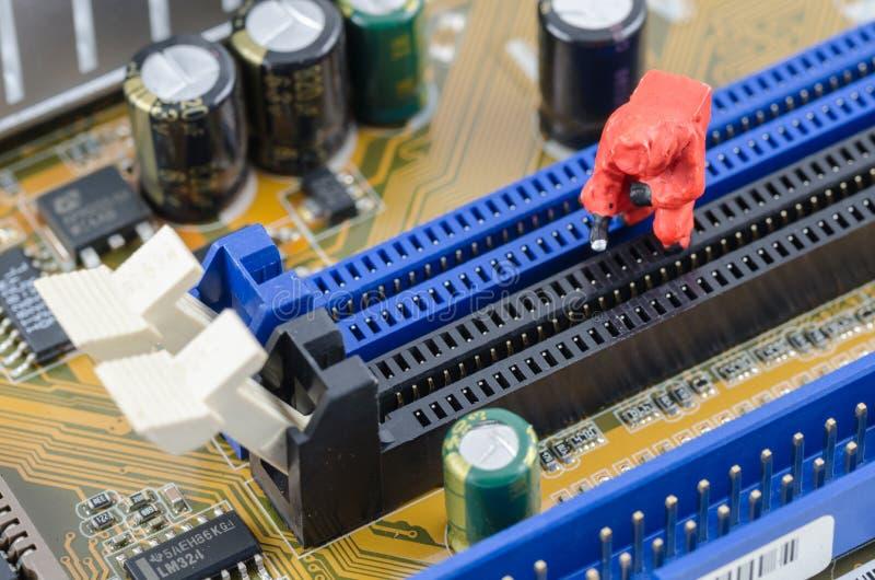 Wissenschaftler, der toxische Substanz auf dem Computermotherboard überprüft lizenzfreie stockfotos