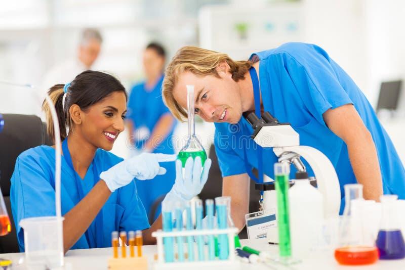 Wissenschaftler, die Substanzen studieren stockbild