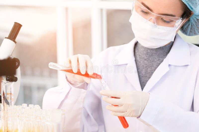 Wissenschaftler experimentieren im Labor lizenzfreies stockbild