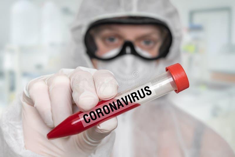 Wissenschaftler halten Teströhrchen auf CORONAVIRUS COVID-19 ab stockbild