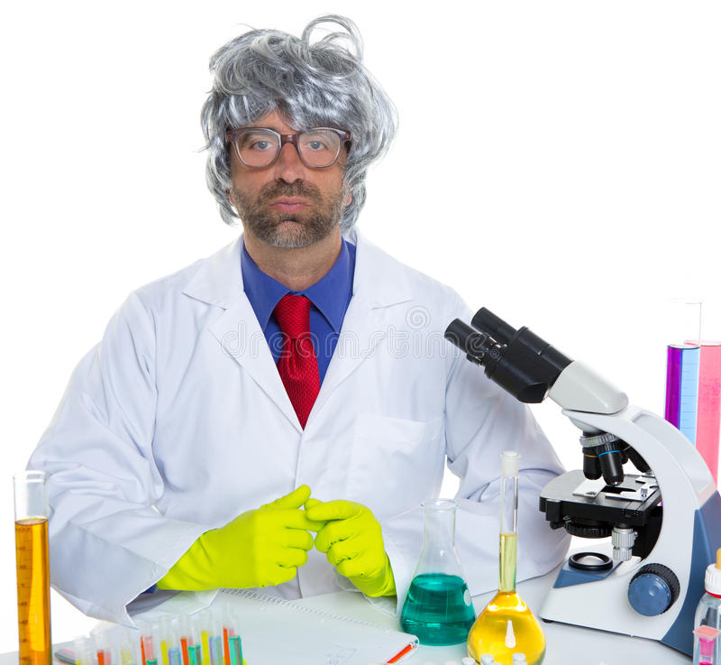 Wissenschaftler-Mannporträt des Sonderlings verrücktes, das am Labor arbeitet lizenzfreie stockfotos