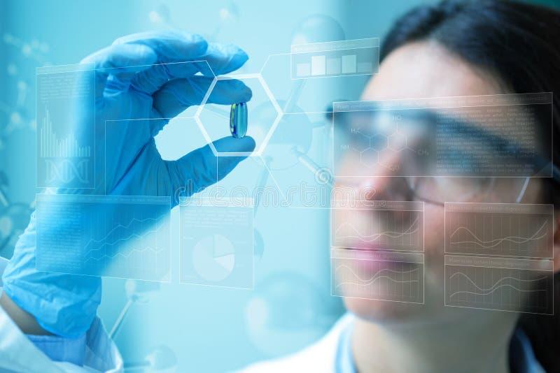 Wissenschaftler mit einer Pille lizenzfreie stockfotos