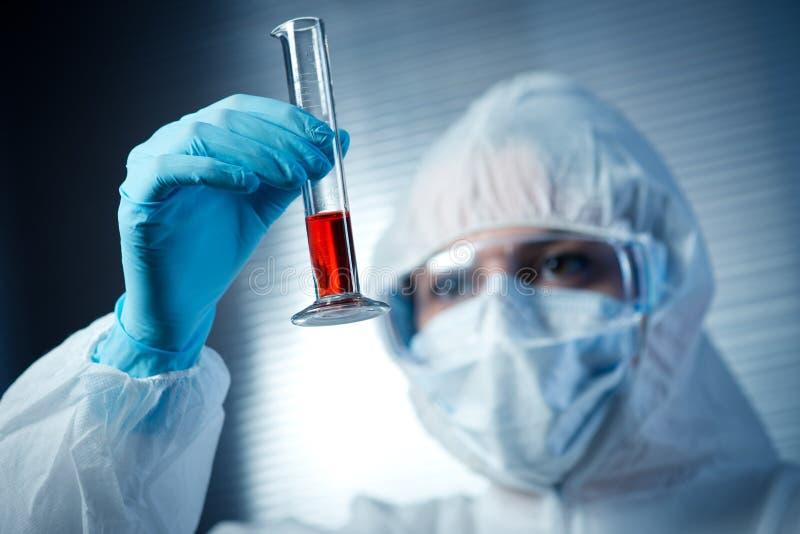 Wissenschaftler mit Reagenzglas lizenzfreies stockbild