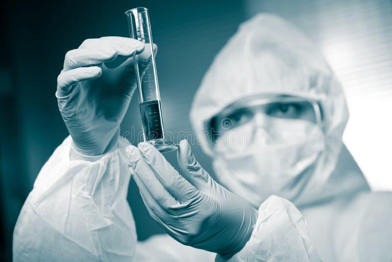 Wissenschaftler mit Reagenzglas stockfoto
