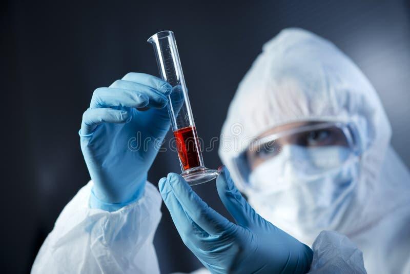 Wissenschaftler mit Reagenzglas lizenzfreie stockfotografie