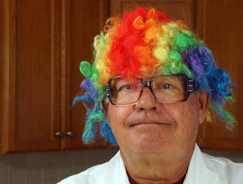 Wissenschaftler trägt eine Clownperücke stockfotos