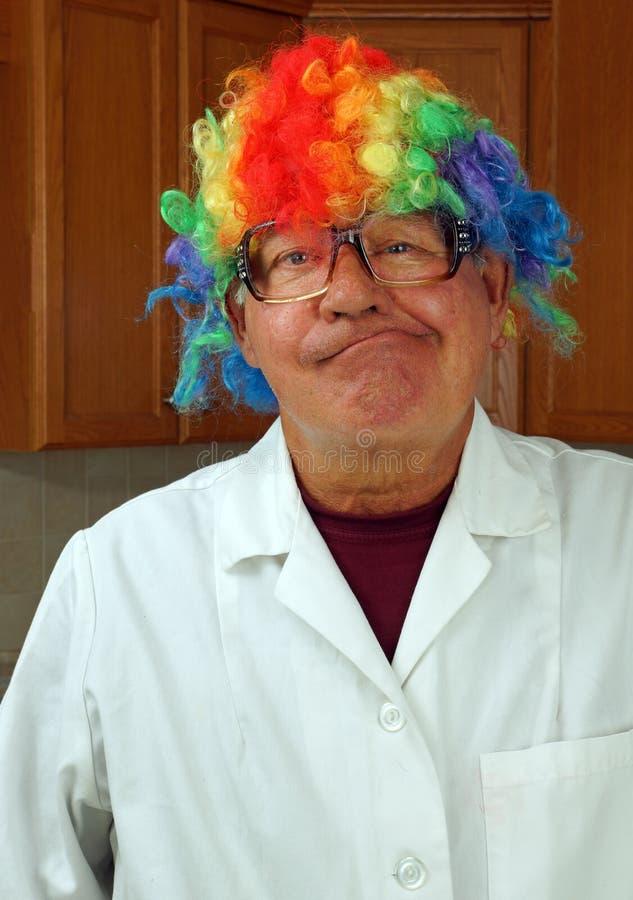 Wissenschaftler trägt eine Clownperücke stockfotografie