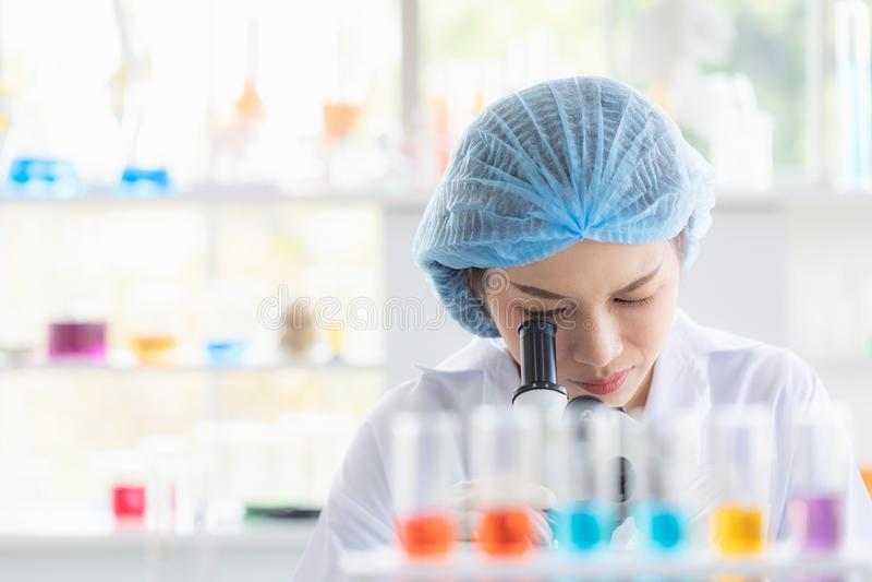 Wissenschaftlerblick throgh Mikroskop lizenzfreie stockfotos