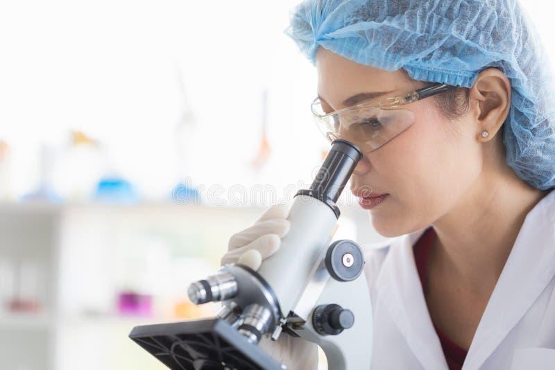Wissenschaftlerblick throgh Mikroskop stockfotos