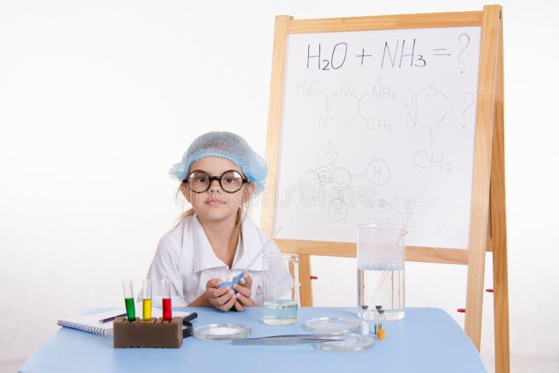 Wissenschaftlerchemiker am Tisch stockbild