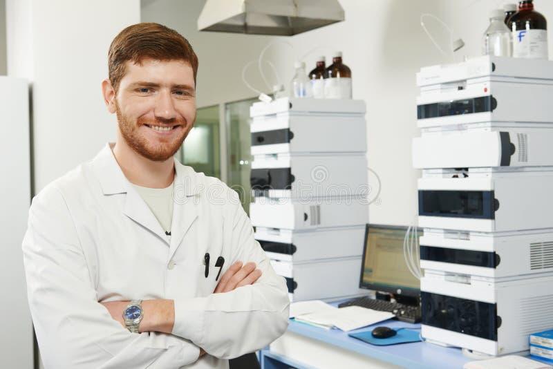 Wissenschaftlerforschermann im Labor stockfotos