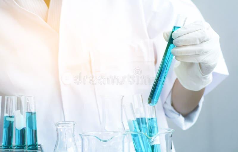 Wissenschaftlerforschungschemie am Wissenschaftslabor lizenzfreie stockbilder