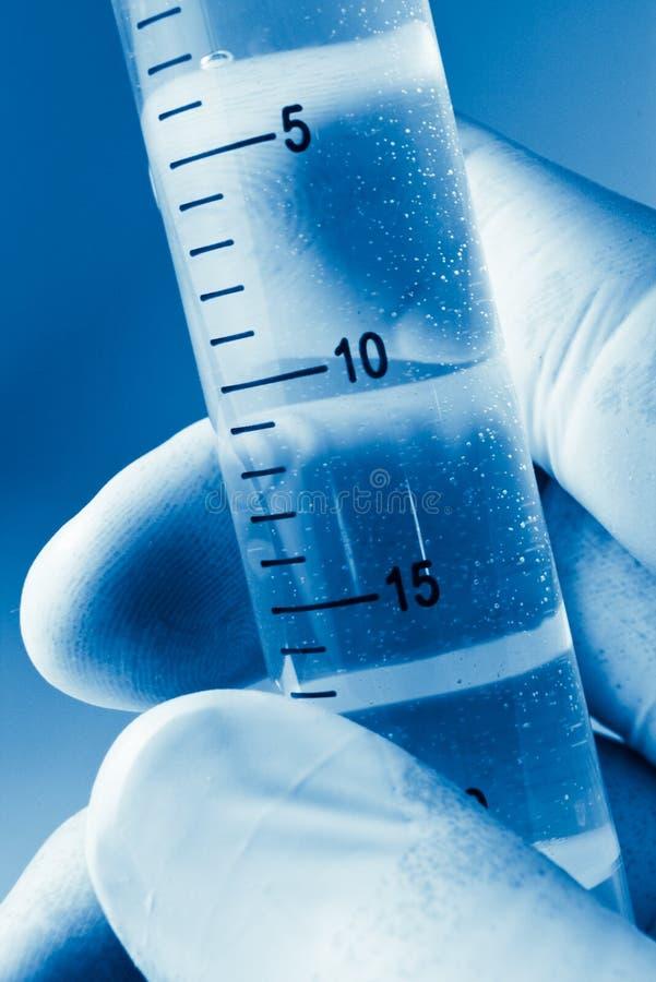 Wissenschaftlerhand mit Zylinder stockbild