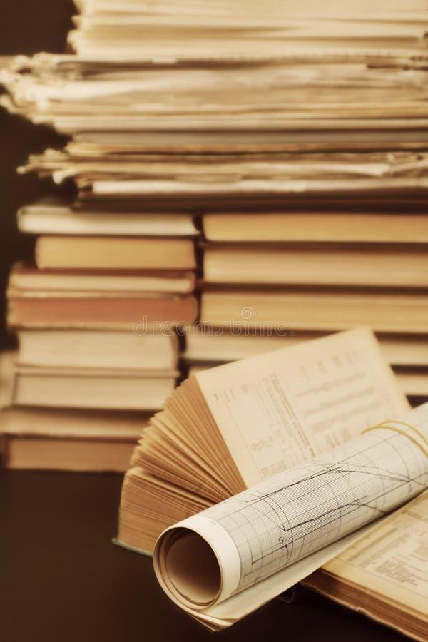 Wissenschaftliche Bücher und Papiere stockfotografie