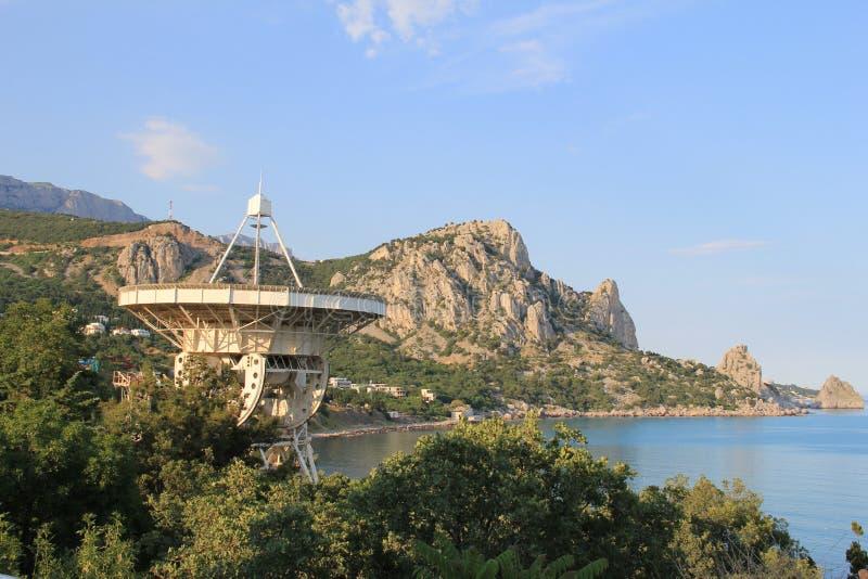 Wissenschaftliches Observatorium auf dem Hintergrund des Meeres und der Bergkatzen lizenzfreie stockfotos