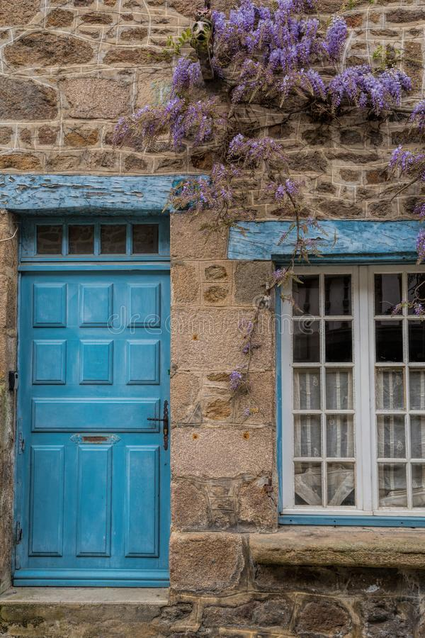 Wisteria σε έναν τοίχο εξοχικών σπιτιών στην αγροτική Γαλλία στοκ φωτογραφία