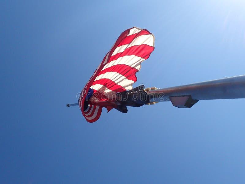 Wisząca flaga amerykańska z niebieskim niebem obrazy royalty free